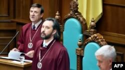 Nënkryetari i Gjykatës Kushtetuese në Ukrainë Vasyl Bryntsev (majtas) lexon vendimin për ligjin e decentralizimit