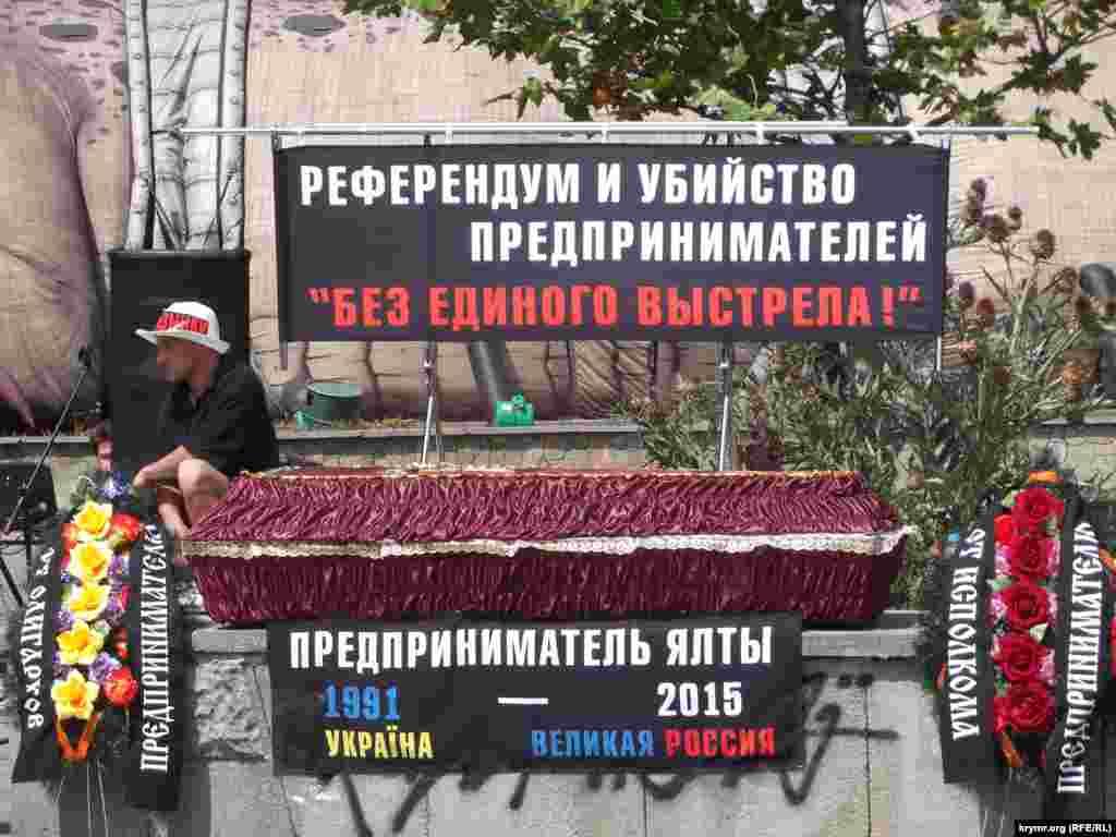 """Yalta iş adamları çarşı """"cenazesini"""" keçirdiler"""