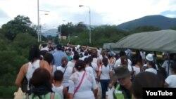 هجوم مردم ونزوئلا به مرز کلمبیا