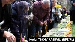 Уже в 23-й раз очевидец тех кровавых событий Жужуна Чагунава приходит на проспект Руставели с тюльпанами и свечами