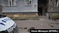 Հայաստան -- Ոստիկանական մեքենան՝ Պարույր Հայրիկյանի դեմ իրականացված մահափորձի վայրում, Երեւան, 1-ը փետրվարի, 2013թ․