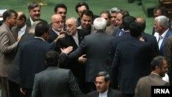 علی اکبر صالحی و محمد جواد ظریف در صحن مجلس.