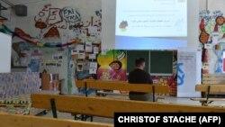 یک پناهجوی سوری در انتظار شروع کلاس آموزشی ویژه پناهجویان در آلمان