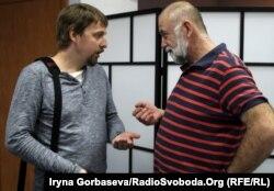 Максим Бородин (слева) беседует с активистом города