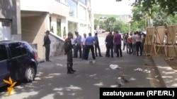 Ոստիկանությունը աշխատում է «Վերնիսաժի» կրակոցների վայրում, 17-ը մայիսի, 2014թ.