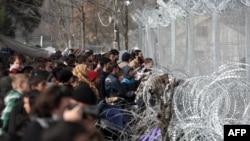 Идомени чек ара бекетиндеги качкындар. 1-март, 2016-жыл.