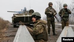 Украинские военные неподалеку от Дебальцева