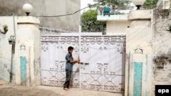 Мальчик у входа в дом Ричарда Редуэйна, 6 июня 2017 года