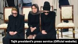 Татьяна Каримова менен Лола Каримова алдынкы катарда аза күтүп отурушат