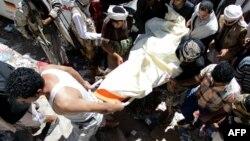 نیروهای شبهنظامی وفادار به عبدربه منصور هادی، رئیسجمهوری سرنگون شده یمن، در حال حمل یکی از کشتهشدگان خود در نبرد با حوثیها هستند