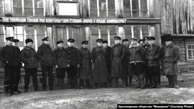 """Начальник """"Стройки 503"""" полковник Барабанов вместе с заключенными"""