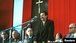"""Лех Валенса """"Солидарность"""" қозғалысының жиналысында сөйлеп тұр. Гданьск, 1980 жылдың тамызы."""