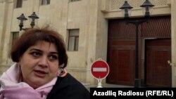 Kadija Ismailova ispred zgrade Državnog tužiteljstva, 2014.