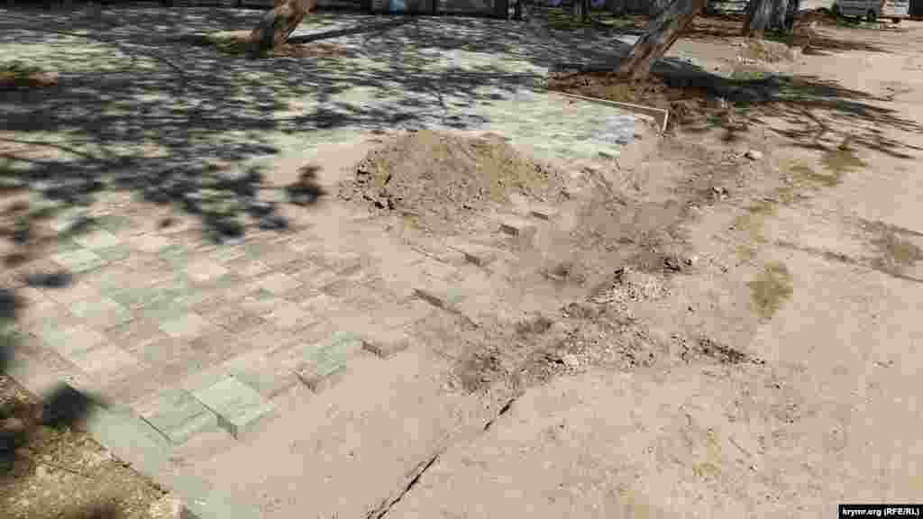 Доріжки біля будівлі Діорами не доробили