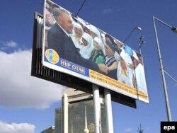 """""""Нұр Отан"""" партиясының сайлау қарсаңындағы билборды. Астана, 16 тамыз 2007 жыл. (Көрнекі сурет)"""