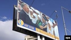 Освещать страну Светом Отечества в Казахстане позволено только одному человеку. Предвыборный билборд правящей партии на недавних парламентских выборах