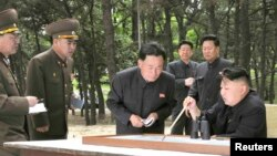 Lideri i Koresë së Veriut, Kim Jong-un (ulur D)