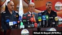 محافظ كركوك نجم الدين كريم (وسط) وقيادات أمنية في مؤتمر صحفي بكركوك