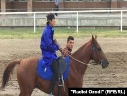 Анушервони Рустам, внук Эмомали Рахмона, победитель в скачках.