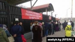 Избирательный участок в городе Оше для голосования на выборах президента РФ.