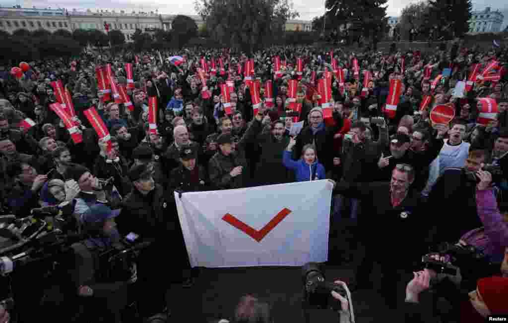 На акції на підтримку опозиційного політика Олексія Навального в Санкт-Петербурзі увечері 7 жовтня поліція стала затримувати учасників