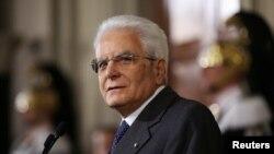 Mattarella mora nagovoriti posvađane političke stranke da vladaju zemljom dok se ne pozicioniraju za održavanje izbora čiji se datum još ne zna