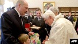 Мікола Лукашэнка дорыць буквар папу рымскаму Бэнэдыкту XVI.