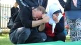 Скорбящие на памятных мероприятиях в честь 24-й годовщины резни в Сребренице.