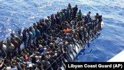 Лодка с нелегальными мигрантами, остановленная у берегов Ливии вблизи Триполи. Июнь 2018 года
