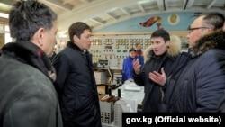 На ТЭЦ Бишкека. В центре - Сапар Исаков и Айбек Калиев.