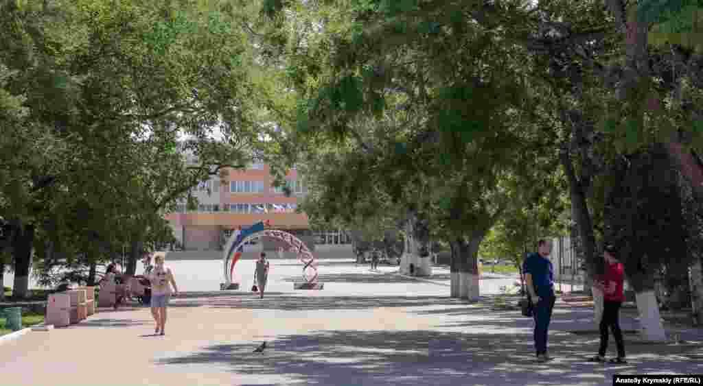 Перед площею Героїв Перекопу. Вдалині видніється Будинок культури, відремонтований у 2013 році