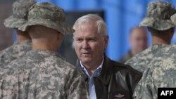 رابرت گیتس، وزیر دفاع آمریکا در میان سربازان آمریکایی در افغانستان- عکس تزئینی است