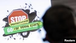 Женевадагы саммиттин катышуучулары адам укугунун абалына арналган видеотасманы көрүшүүдө. Швейцария. 8-март, 2010
