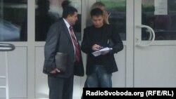 Бізнесмен Анатолій Пєхотін і журналіст Влад Ісаєв перед засіданням суду, Рівне, 05 жовтня 2012