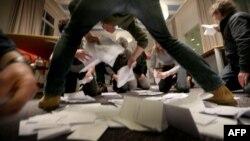 Подсчет голосов на референдуме 6 апреля на острове Схирмонниког, Нидерланды, провинция Фрисландия