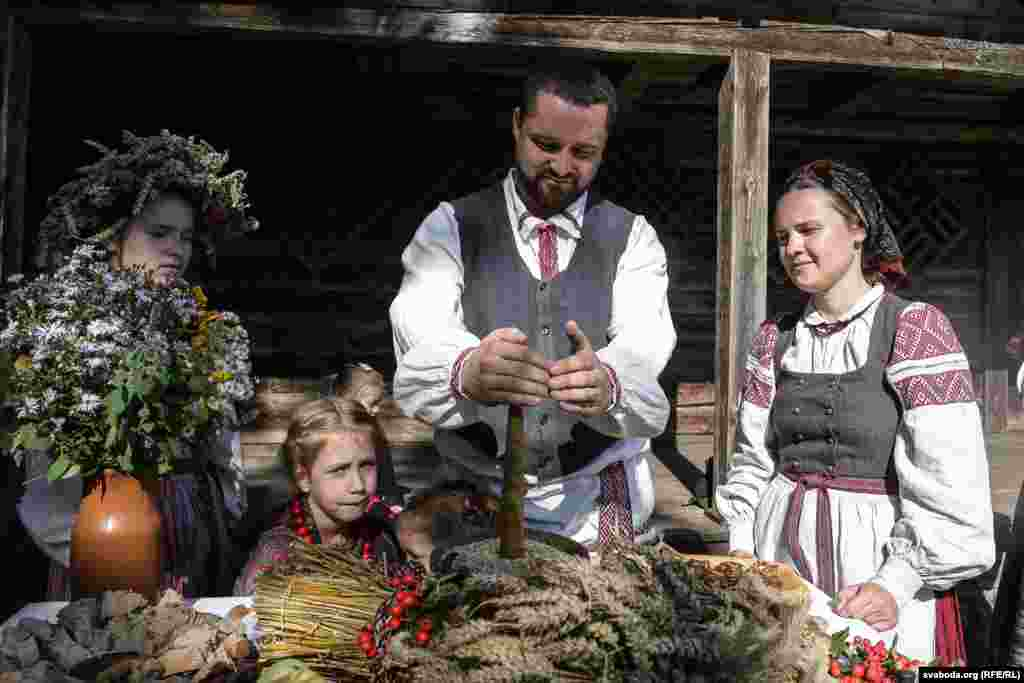 В хате, где оставляли лукошко с зерном, проводилось обрядовое застолье.