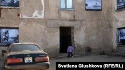 Девочка заходит в малосемейное общежитие на улице Ондирис 1а. Астана, 5 сентября 2012 года.