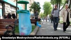 Такі урни вже стоять на Хрещатику в Києві, фото 25 травня 2012 року