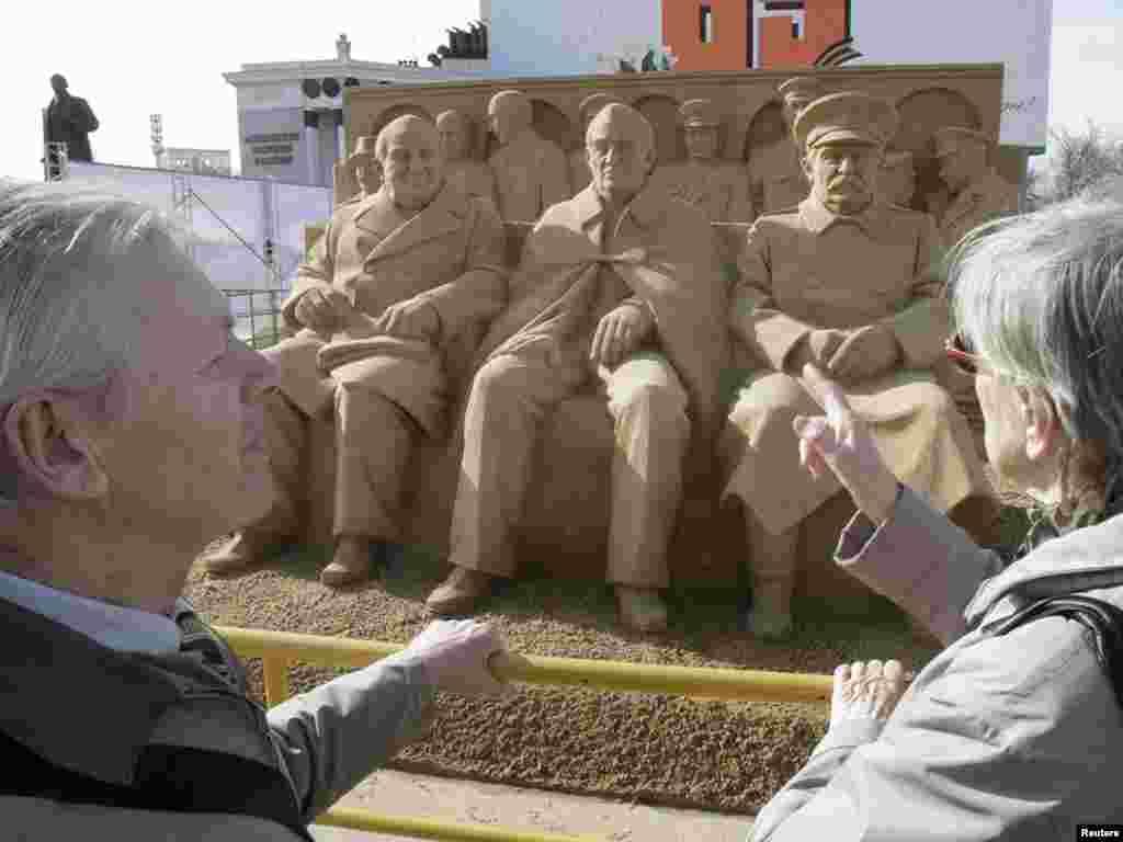 Масква. Падрыхтоўка да 9 траўня. - Скульптура з пяску былога прэм'ер-міністра Вялікабрытаніі Ўінстана Чэрчыля, прэзыдэнта ЗША Франкліна Дэлана Рузвелта і савецкага дыктатара Іосіфа Сталіна на Ялцінскай канфэрэнцыі.