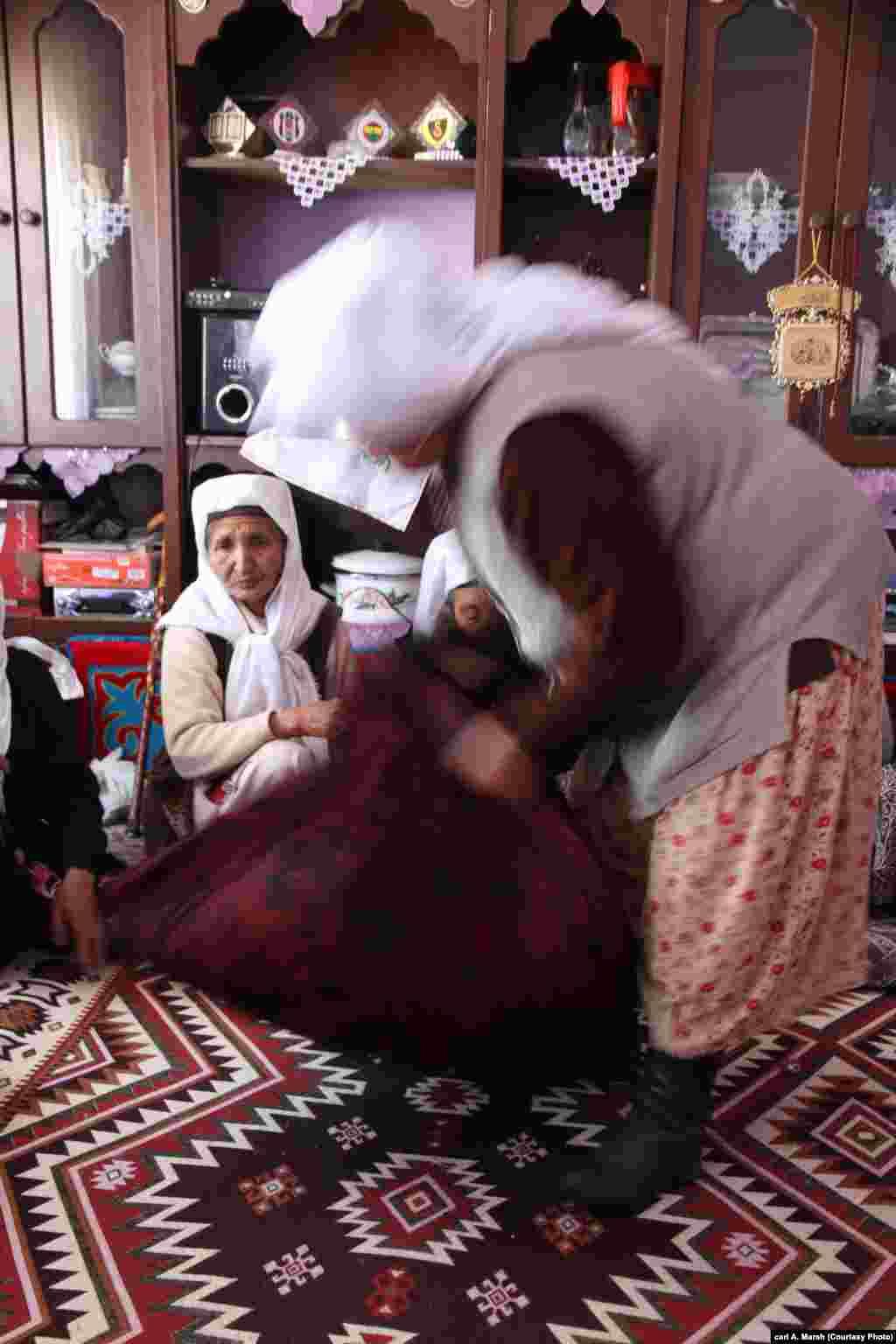 Кыргызские женщины региона Памир собирают подарки для проводов невесты. Теперь в Турции, где кыргызы инструктированы спонсируемыми государством муллами, больше не поют на семейных торжествах.