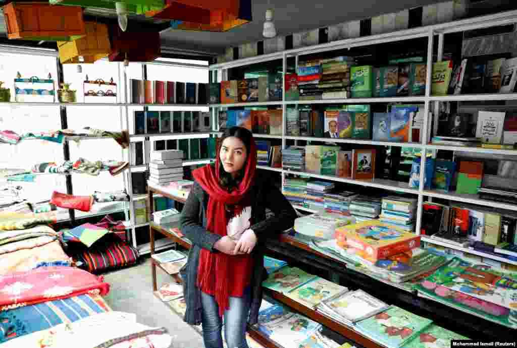 """Заргона Хайдари, 22 года, работает в книжном магазине. """"Я не слишком рассчитываю на мир. Я не думаю, что талибы договорятся с правительством""""."""
