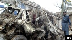 خودروی بمبگذاری شده پس از انفجار در پست ايست بازرسی پليس، پيشاور سهشنبه ۱۵ ارديبهشت ۱۳۸۸