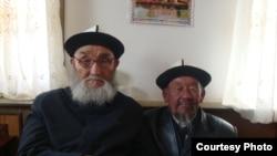 Жусуп Мамай (солдо) өз айылдашы менен, Ак-Чий айлы, Шинжаң, 2010-жыл. Аманат сүрөт.