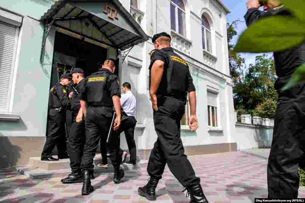 Судебные приставы Российской Федерации заходят в здание Меджлиса крымскотатарского народа