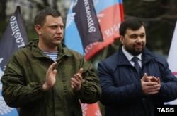 Нинішній ватажок угруповання «ДНР» Денис Пушилін (праворуч) із вже загиблий тодішній лідер бойовиків Олександр Захарченко. Окупований Донецьк, 18 березня 2016 року