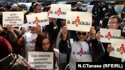 Психолог и политический аналитик Рамаз Сакварелидзе считает, что эти акции протеста демонстрируют активизацию грузинского гражданского общества