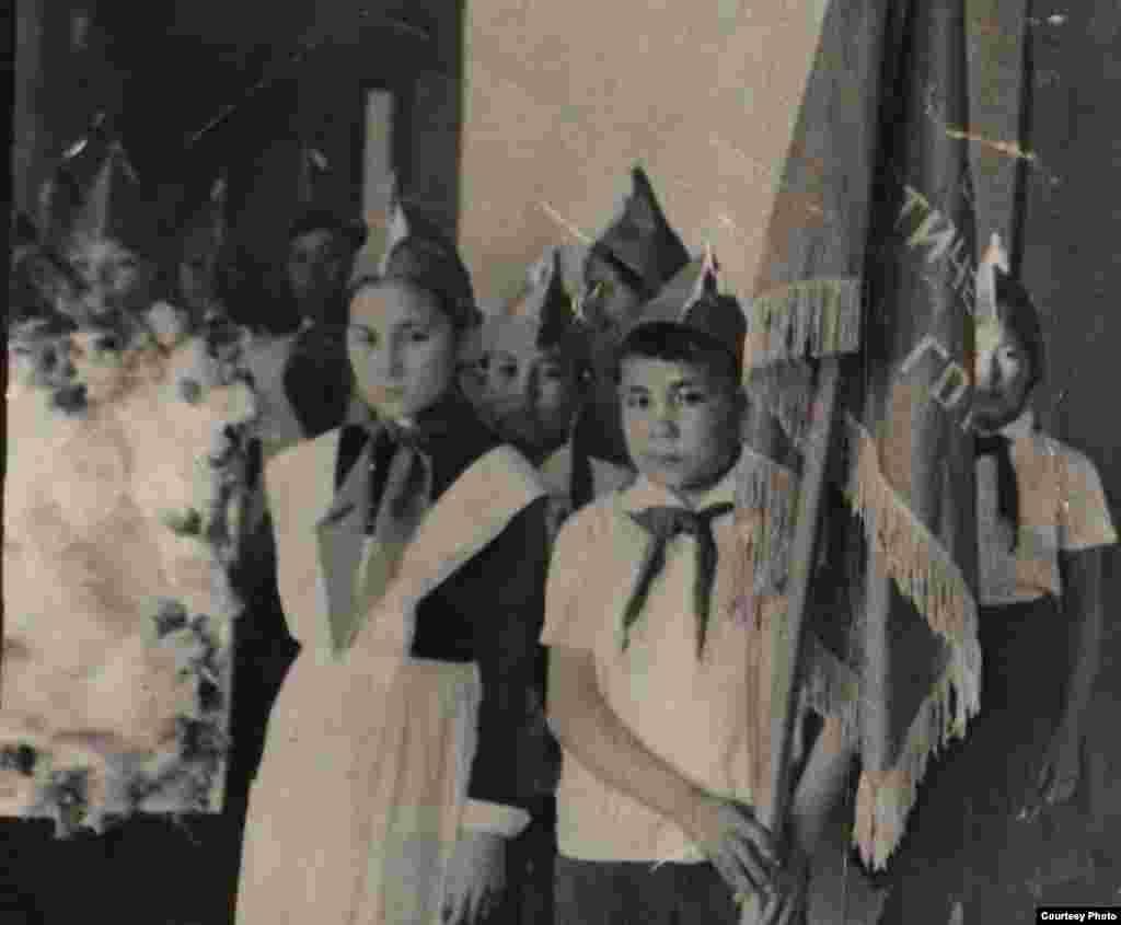 Пионер Мәдина. - Суреттің сол жағында Қазалы қаласындағы № 5 мектеп-интернаттың пионер дружинасы советінің төрағасы Мәдина Ералиева. 1966 жыл.