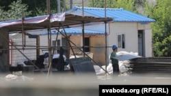 Китайські робітники на будівництві паперової фабрики