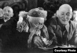 Жамбыл Жабаев пен Қазақстанның басшысы Жұмабай Шаяхметов 1943 жылы өткен ақындар айтысында отыр. Фото Мадат Аққозиннің «Вернуть из забвения» атты кітабынан алынды.