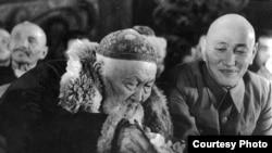 """Жамбыл Жабаев пен Қазақстанның басшысы Жұмабай Шаяхметов 1943 жылы өткен ақындар айтысында отыр. Фото Мадат Аққозиннің """"Вернуть из забвения"""" атты кітабынан алынды."""